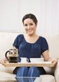 Mooie Vrouw met het Dienblad van het Ontbijt Royalty-vrije Stock Foto