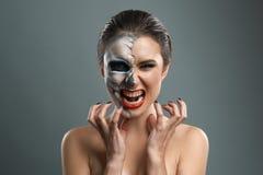 Mooie vrouw met het kwaad van het make-upskelet Royalty-vrije Stock Foto's