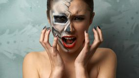 Mooie vrouw met het kwaad van het make-upskelet Stock Afbeeldingen