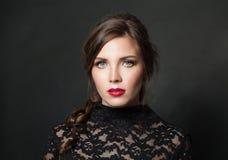 Mooie vrouw met het rode haar van de lippenmake-up op zwarte achtergrond royalty-vrije stock foto's