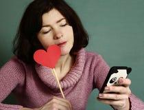 Mooie vrouw met het rode hart van de valentijnskaartendag Stock Fotografie