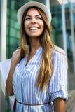 Mooie vrouw met het winkelen zakken in ctiy Verkoop, het winkelen, toerisme en gelukkig mensenconcept stock foto's