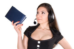 Mooie vrouw met hoofdtelefoon en notitieboekje Royalty-vrije Stock Foto