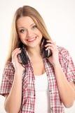 Mooie vrouw met hoofdtelefoons royalty-vrije stock afbeelding