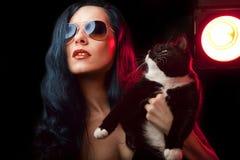 Mooie vrouw met kat Royalty-vrije Stock Foto's