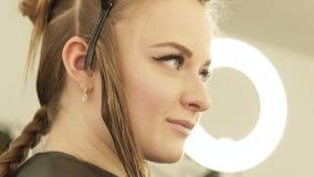 Mooie vrouw met klem voor het bevestigen van lang haar tijdens het haircutting in herenkapper Sluit omhoog het haar van de portre stock video