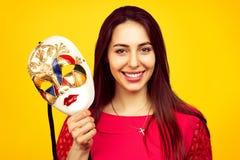 Mooie vrouw met kleurrijk Carnaval-masker stock foto's