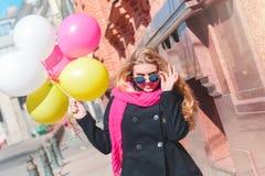 Mooie vrouw met kleurrijke ballons Stock Fotografie