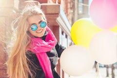 Mooie vrouw met kleurrijke ballons Stock Afbeeldingen