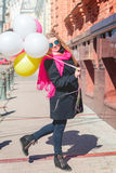 Mooie vrouw met kleurrijke ballons Royalty-vrije Stock Foto's