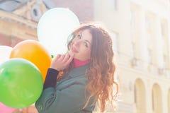 Mooie vrouw met kleurrijke ballons Stock Foto's
