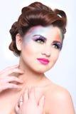 Mooie Vrouw met Kleurrijke Creatieve Schoonheidsmiddelen stock foto