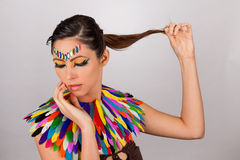 Mooie vrouw met kleurrijke extreme make-up Stock Afbeelding