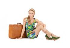 Mooie vrouw met koffer Stock Afbeeldingen