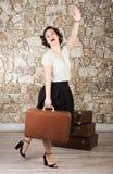 Mooie vrouw met koffers stock afbeeldingen