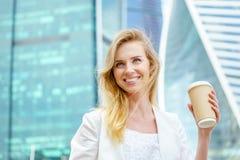 Mooie Vrouw met Koffie aan Stock Fotografie