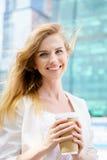 Mooie Vrouw met Koffie aan Royalty-vrije Stock Afbeeldingen