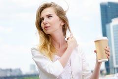 Mooie Vrouw met Koffie aan Royalty-vrije Stock Foto