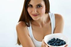 Mooie Vrouw met Kom van Bosbessen Gezonde voedingvoeding royalty-vrije stock fotografie