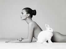Mooie vrouw met konijn Royalty-vrije Stock Afbeelding
