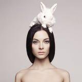 Mooie vrouw met konijn Royalty-vrije Stock Foto's
