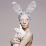 Mooie vrouw met konijn Stock Fotografie