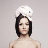 Mooie vrouw met konijn Stock Afbeelding