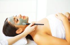 Mooie Vrouw met Kosmetisch Masker op Gezicht Het meisje krijgt Behandeling royalty-vrije stock afbeeldingen