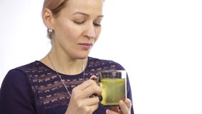 Mooie vrouw met koude en dranken hete thee met citroen stock videobeelden
