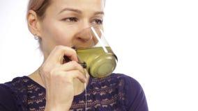 Mooie vrouw met koude en dranken hete thee met citroen stock video