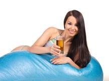 Mooie vrouw met koude thee Stock Afbeelding