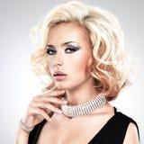 Mooie vrouw met krullend kapsel en zilveren armband stock afbeeldingen