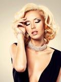 Mooie vrouw met krullend kapsel en zilveren armband Stock Foto