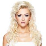 Mooie vrouw met lang blond haar Stock Afbeelding