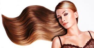 Mooie vrouw met lang bruin haar. Stock Foto's