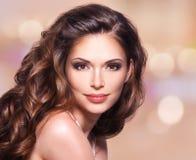 Mooie vrouw met lang bruin haar royalty-vrije stock foto