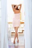Mooie vrouw met lange benen na douche Stock Foto