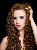 Mooie vrouw met lange krullende haren Stock Foto's