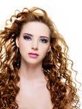 Mooie vrouw met lange krullende haren Stock Fotografie