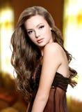 Mooie vrouw met lange krullende haren royalty-vrije stock afbeelding