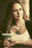 Mooie vrouw met lange krullende haren bij restaurant Royalty-vrije Stock Foto's