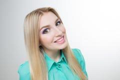 Mooie vrouw met lange rechte blonde haren Royalty-vrije Stock Afbeelding