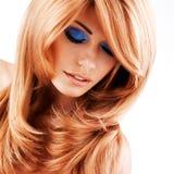Mooie vrouw met lange rode haren met blauwe make-up Stock Foto's