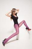 Mooie vrouw met lange sexy benen die kousen dragen die in de studio stellen - volledig lichaam Stock Afbeeldingen