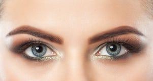 Mooie vrouw met lange wimpers en met mooie rokerige ogensamenstelling De ogen sluiten omhoog stock afbeelding