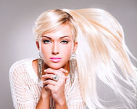 Mooie vrouw met lange haren en maniermake-up. royalty-vrije stock afbeelding