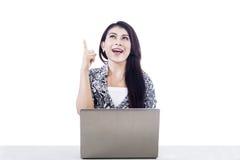 Mooie vrouw met laptop die over wit wordt geïsoleerdv Stock Foto's