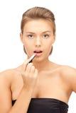 Mooie vrouw met lippenstift stock foto