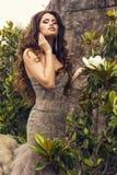 Mooie vrouw met luxueus lang haar in elegante lovertjekleding Royalty-vrije Stock Foto's