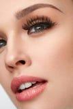 Mooie Vrouw met Make-up, Zachte Huid en Lange Wimpers stock fotografie
